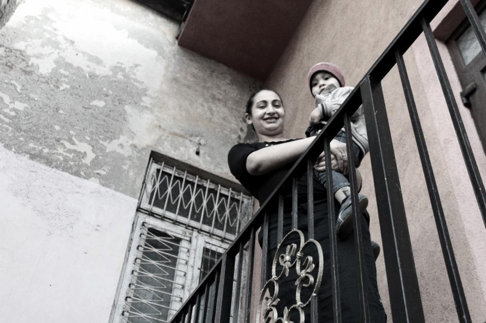 Larisa cu Sebastian in brate, de pe balcon